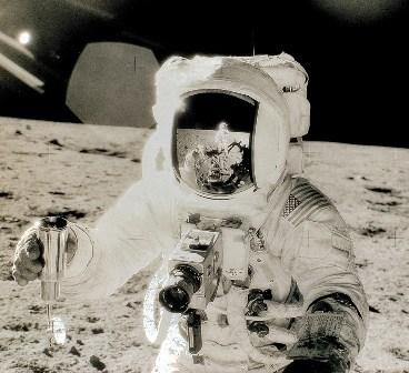 1edae17e-7f66-49fe-b375-463c5e806f3e-moon_astronaut